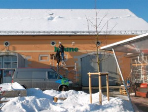 Obstscheune Kritschwitz Januar 2013 - die neue Beschriftung wird angebracht